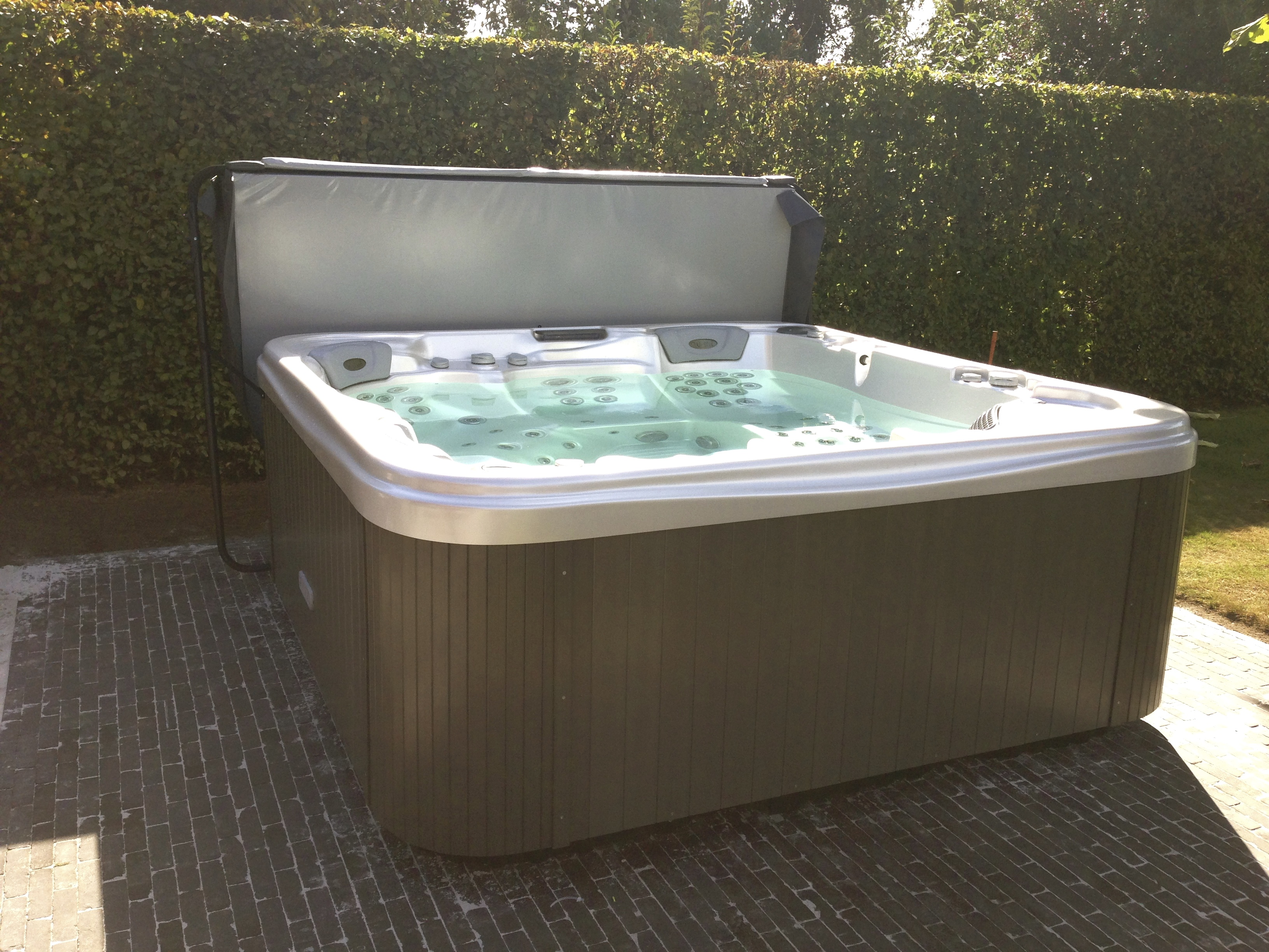 Wellis-spa-Everest-Lux-Mechelen-jacuzzi